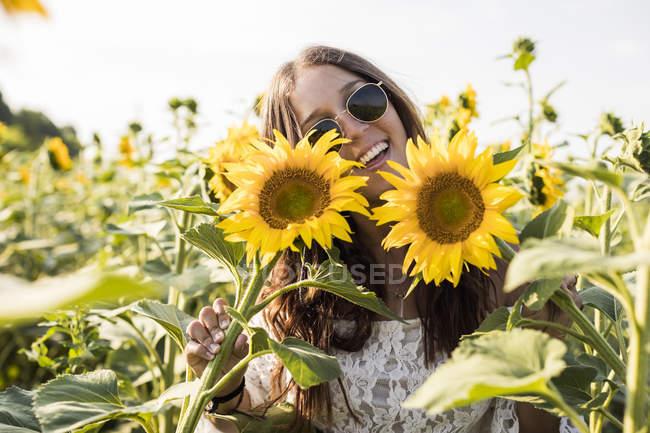 Donna in piedi nel campo di girasole — Foto stock