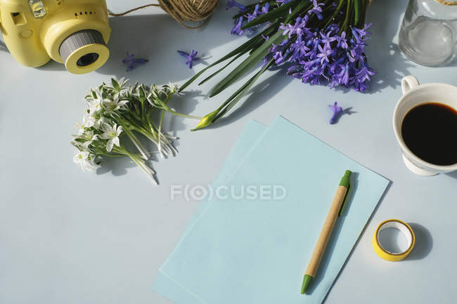 Sheets of paper with coffee and flowers — Stock Photo