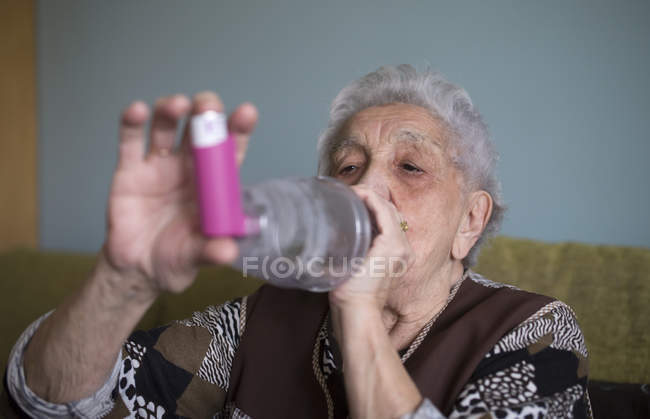 Woman using inhaler — Stock Photo