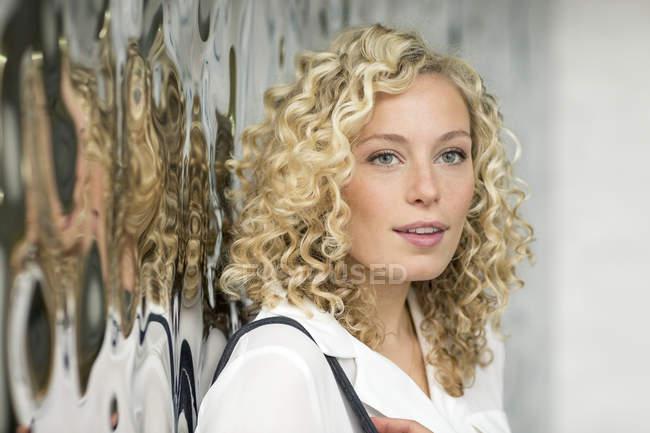 Портрет улыбающейся блондинки-предпринимательницы — стоковое фото