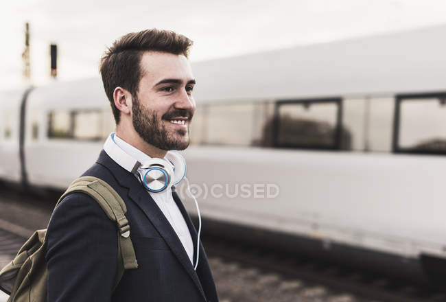 Man waiting for train on platform — Stock Photo