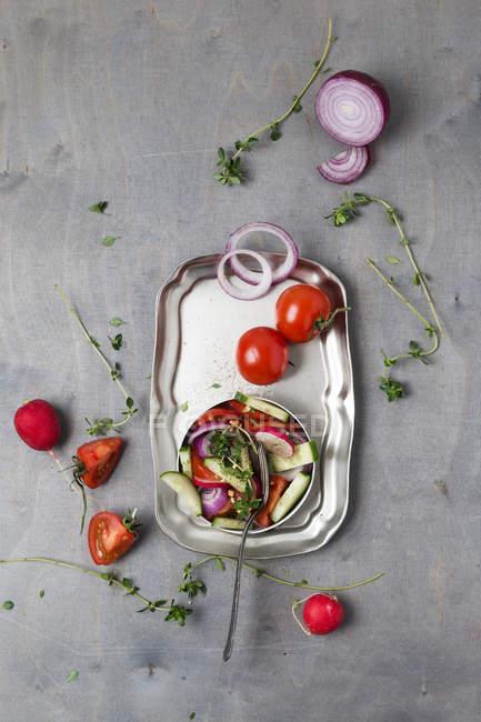 Ensalada con tomillo limón y tomates - foto de stock