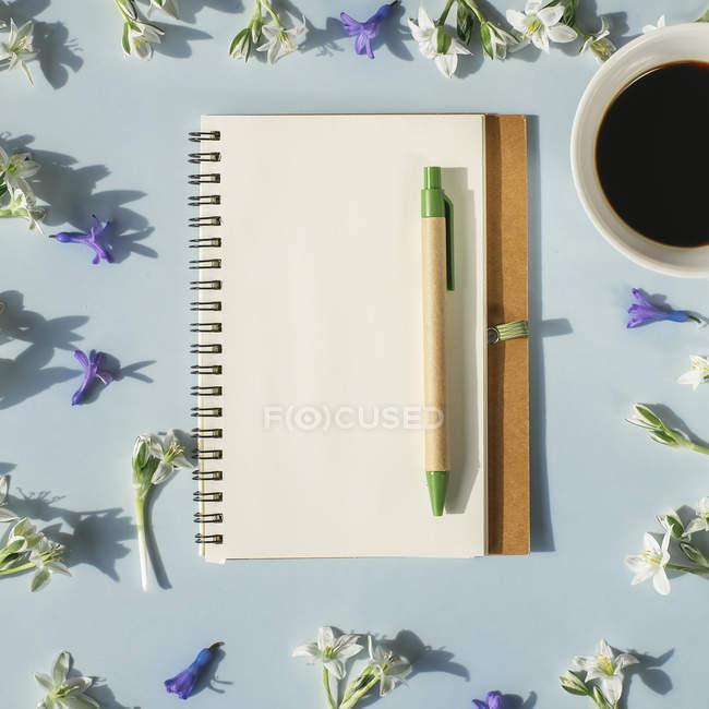 Ноутбук з пером і чашкою кави — стокове фото