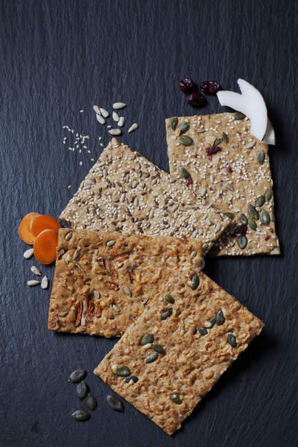Четыре различных кусочков зерна crispbreads — стоковое фото