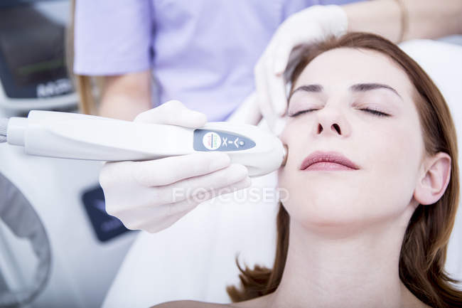 Woman receiving magnetic therapy — Stock Photo