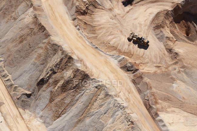 Mine de sable avec niveleuse sable mobile — Photo de stock