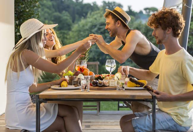 Друзі обідають у таблиці — стокове фото