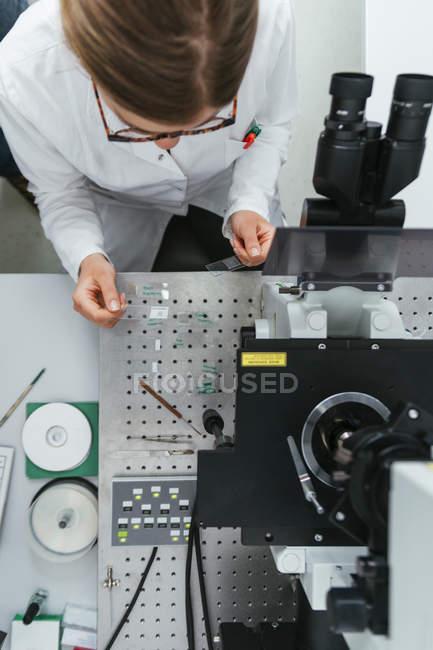 Technicien travaillant dans un laboratoire moderne — Photo de stock