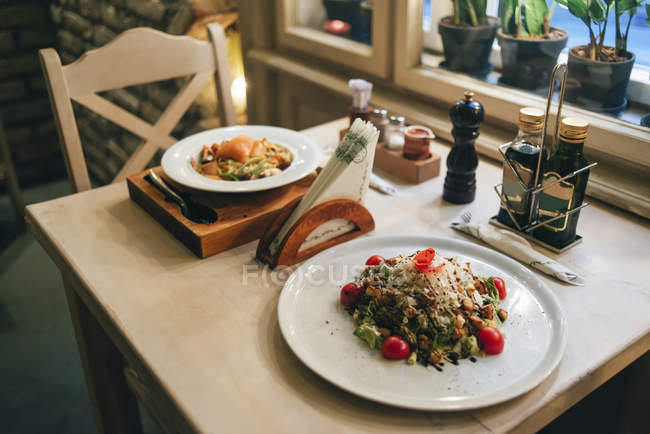 Deux plats sur la table de restaurant — Photo de stock