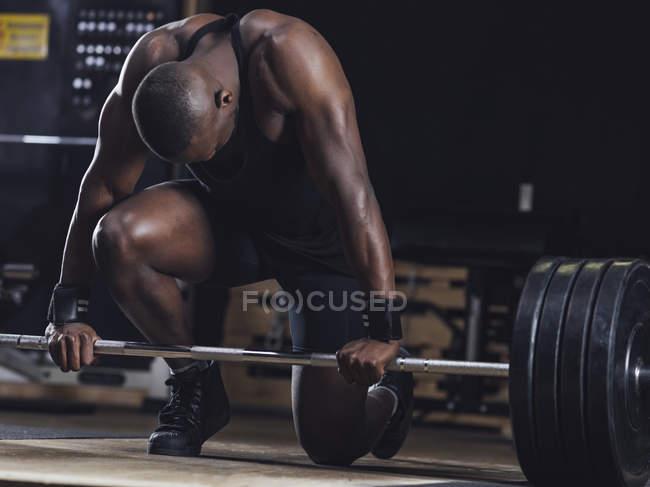 Спортсмен занимается тяжелой атлетикой — стоковое фото