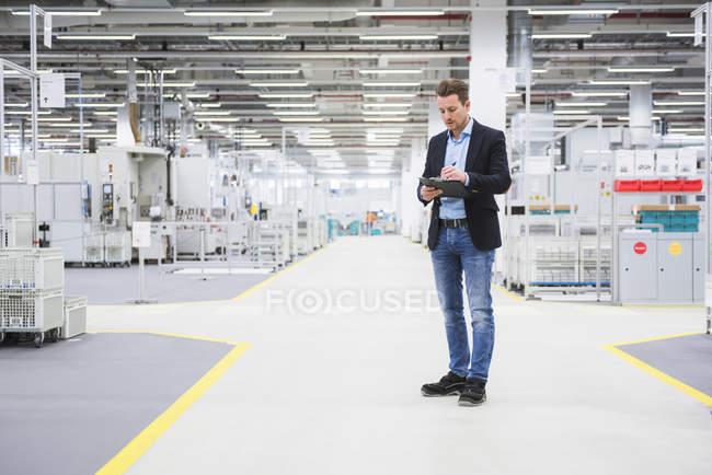 Мужчина, стоящий в цехе — стоковое фото