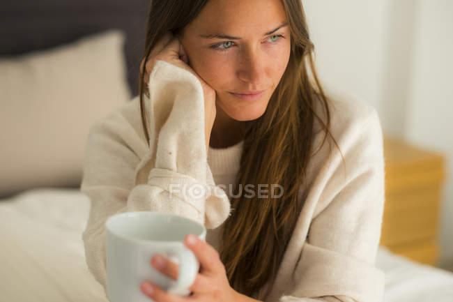 Donna in possesso di tazza di caffè — Foto stock