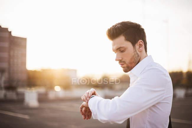 Mann kontrolliert die Uhrzeit — Stockfoto