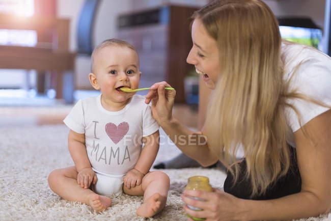 Матері син годування дитини — стокове фото