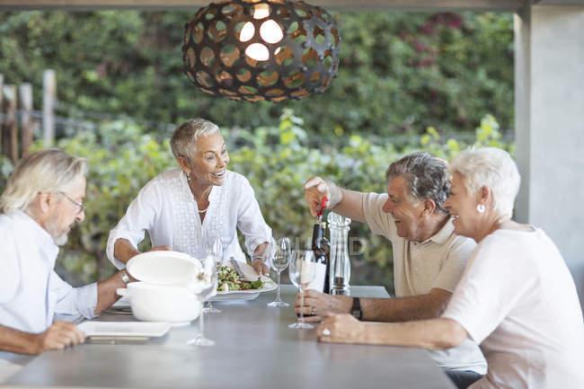 Seniorin serviert Mittagessen — Stockfoto