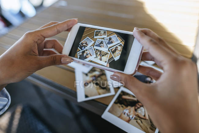 Femme, prendre des photos des photos instantanées — Photo de stock