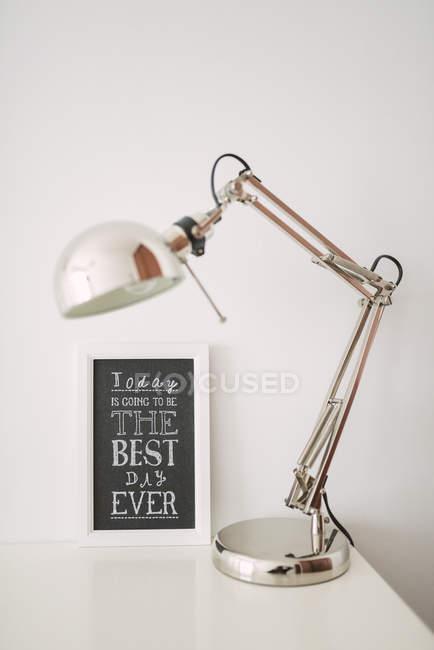 Lampe de bureau et tableau noir — Photo de stock