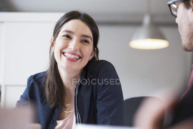 Femme regardant l'homme au bureau — Photo de stock