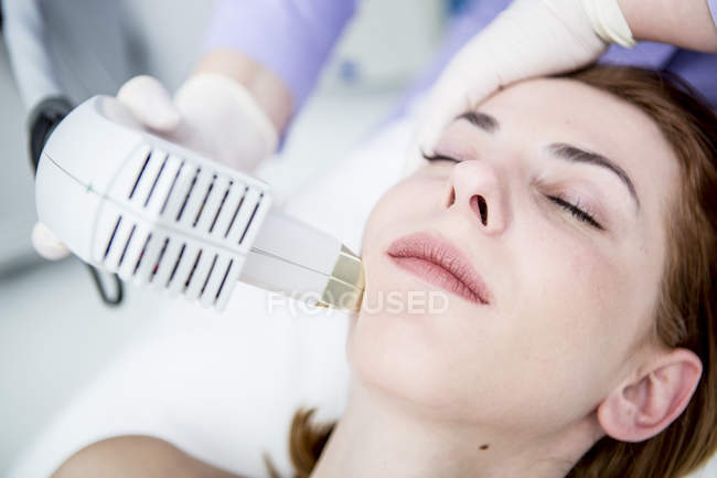 Woman receiving infrared light treatment — Stock Photo