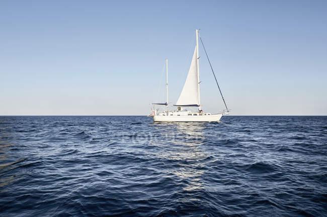 Uomo in barca a vela — Foto stock