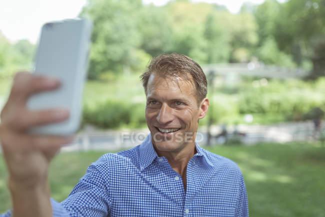 Menschen nehmen Selfie im park — Stockfoto