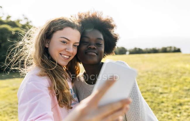 Freunde machen Selfie im freien — Stockfoto