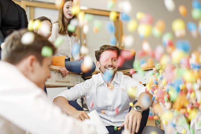Giocoso incontro di professionisti creativi — Foto stock