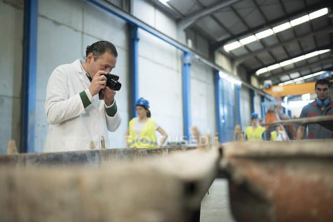Wissenschaftler Fotografieren in Fabrik — Stockfoto