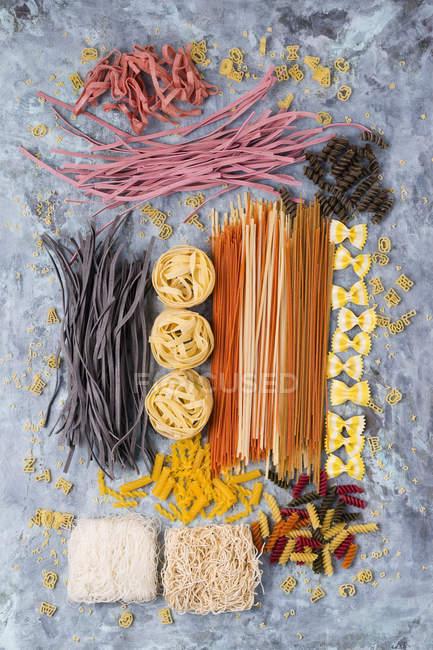 Verschiedene Arten von bunten Nudeln — Stockfoto