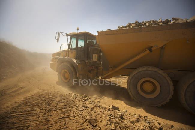 Завантажений вантажівка транспортування грунтовки — стокове фото