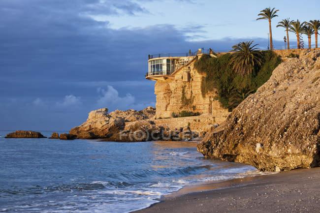 España, Andalucía, Costa del Sol, ciudad de Nerja, salida del sol en el balcón de Europa en el Mediterráneo - foto de stock