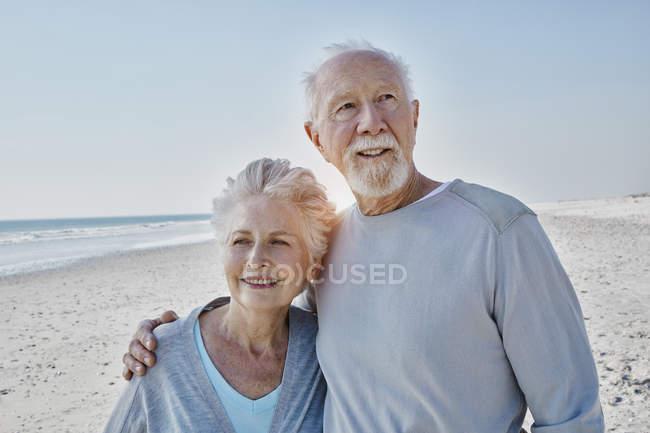 Sorrindo casal sênior na praia — Fotografia de Stock