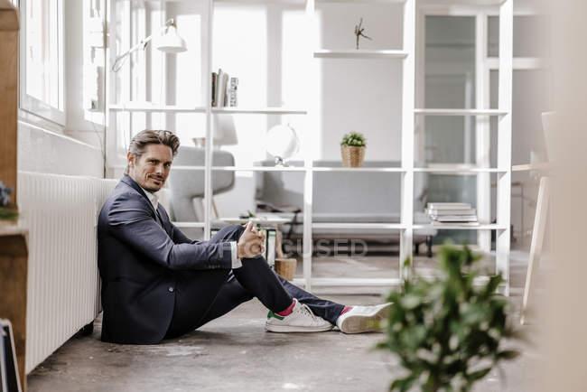 Empresário sentado no chão — Fotografia de Stock