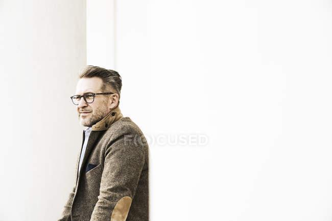 Homme avec chaume portant des lunettes — Photo de stock