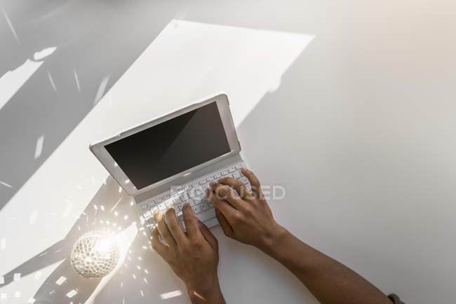 Друкування рук на клавіатурі ноутбука — стокове фото