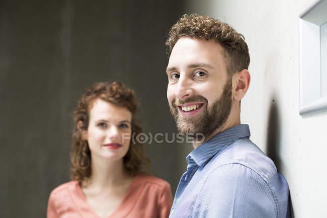 Homme avec femme souriant — Photo de stock
