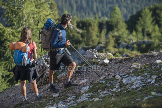 Trekking tra amici in montagna — Foto stock