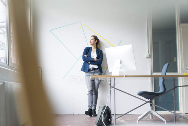 Imprenditrice con le braccia incrociate — Foto stock