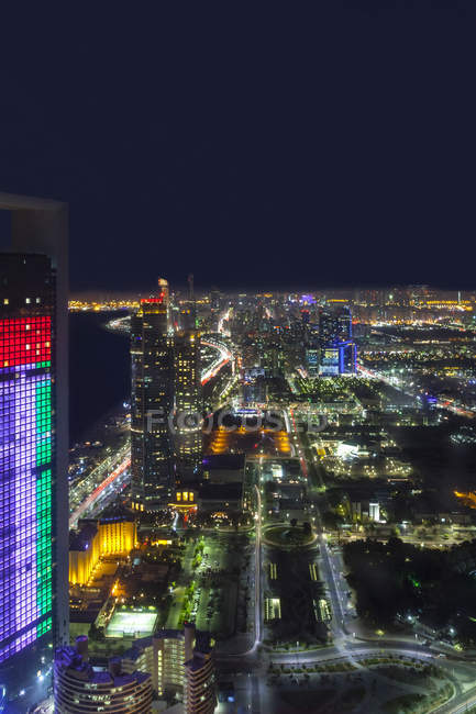 Emiratos Árabes Unidos, horizonte de Abu Dhabi en la noche - foto de stock