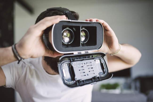 Людина в віртуальних окулярах — стокове фото