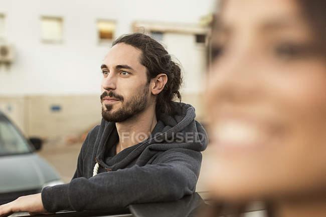Retrato de hombre joven barbado mirando a distancia - foto de stock