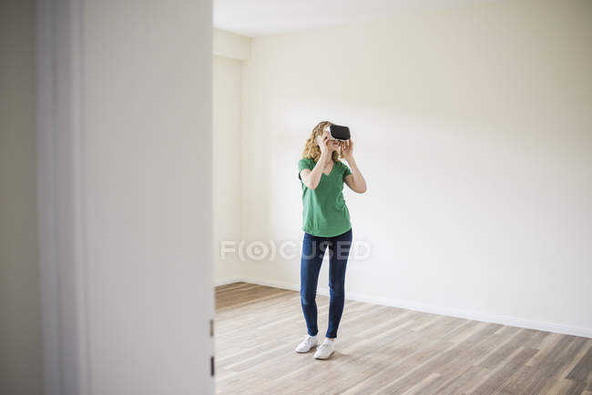 Woman wearing VR glasses — Stock Photo