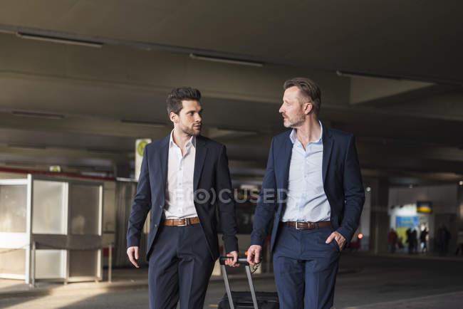 Hommes d'affaires marchant à la gare routière — Photo de stock