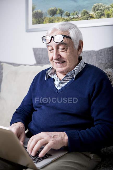 Senior benutzte Laptop — Stockfoto