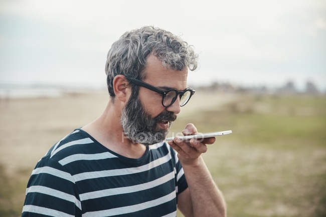 Uomo barbuto invio messaggio vocale — Foto stock