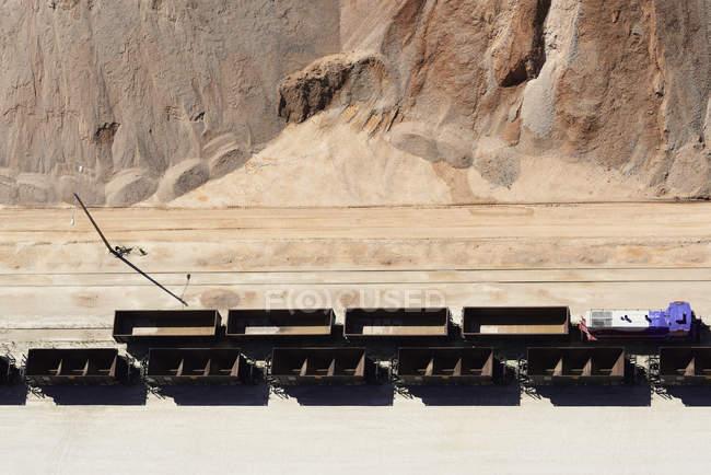 Mine de sable avec wagons déchargés — Photo de stock