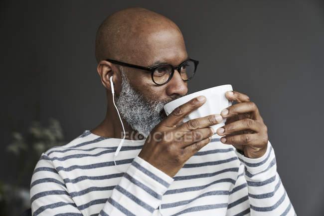 Hombre maduro bebiendo café - foto de stock