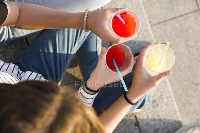 Donne che tostano con bevande analcoliche — Foto stock