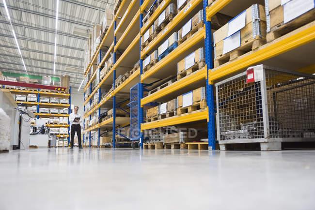 Homme debout dans l'entrepôt — Photo de stock