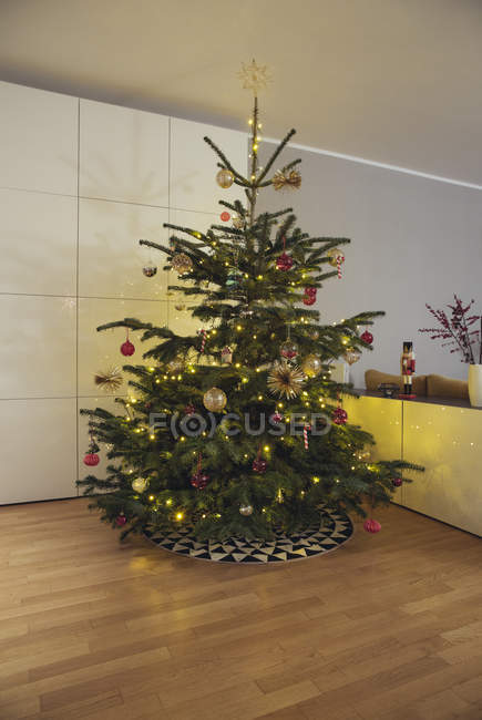 Árbol de Navidad decorado - foto de stock